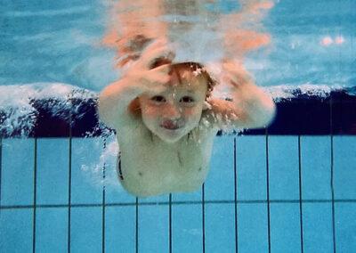 Junge taucht und schwimmt