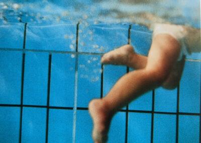 Säugling schwimmt alleine