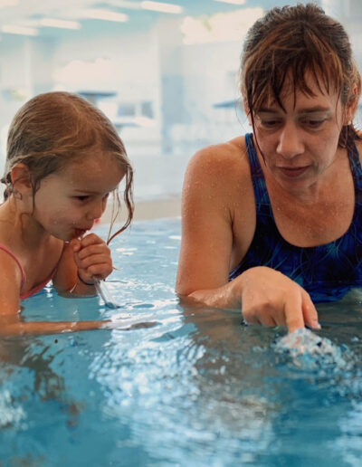Dr. Lilli Ahrendt mit Mädchen im Wasser